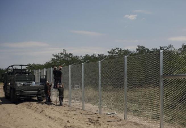 Plot na maďarské hranici proti migrantské svoloči